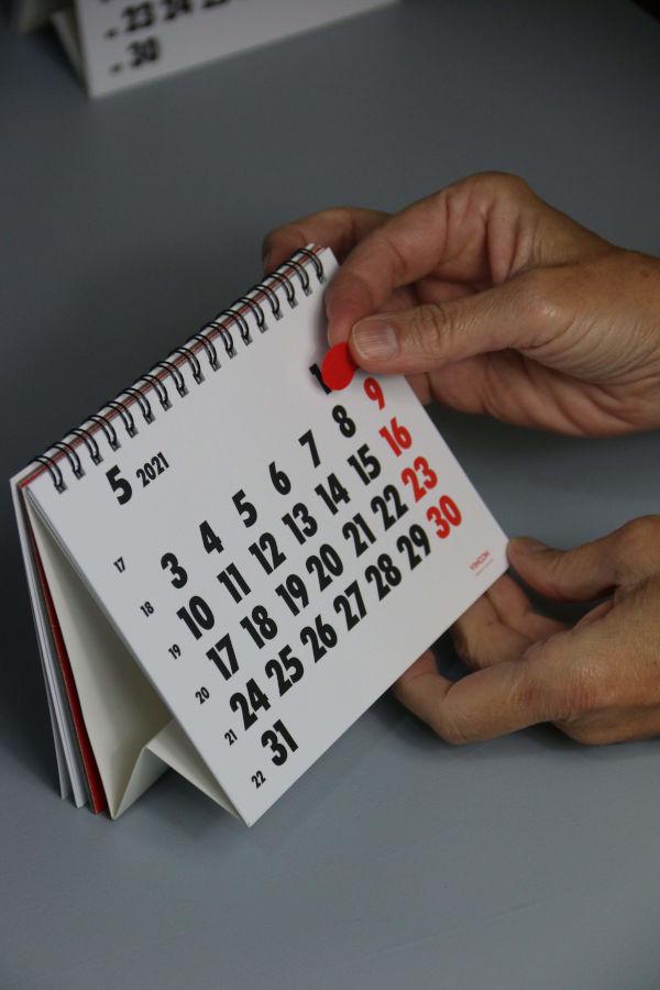 Enganxant l'adhesiu al calendari Vinçon